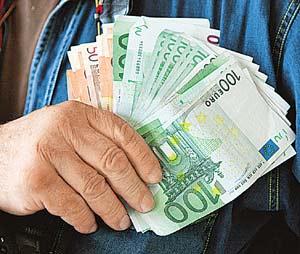 Не программируйте себя на вечную нехватку средств - и деньги  будут притягиваться к вам, как к магниту.